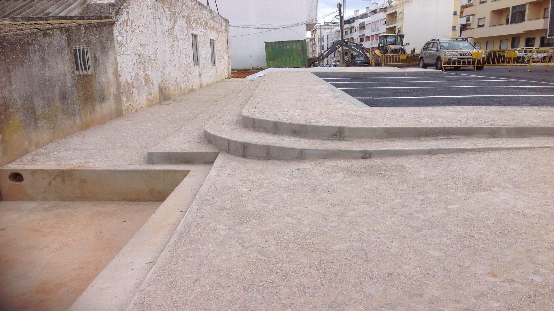 calçada miúda do Escarpão, lancil de betão e asfalto
